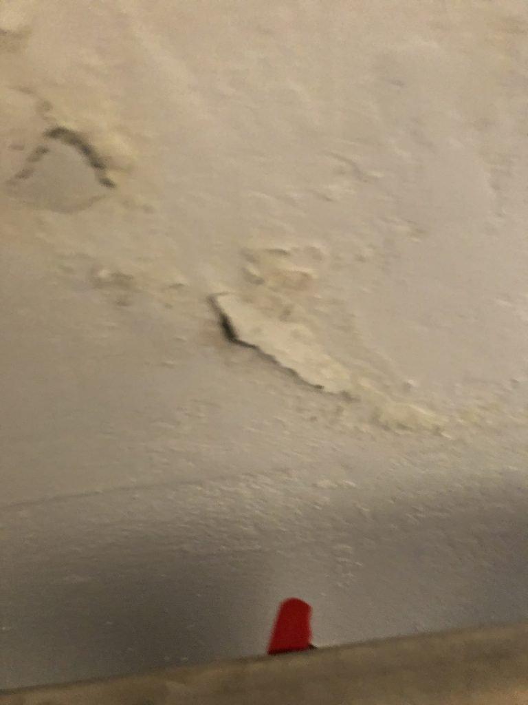 seminterrato:punto di bagnasciuga dove i sali aumentano il loro volume di 12 volte demolendo l'intonaco